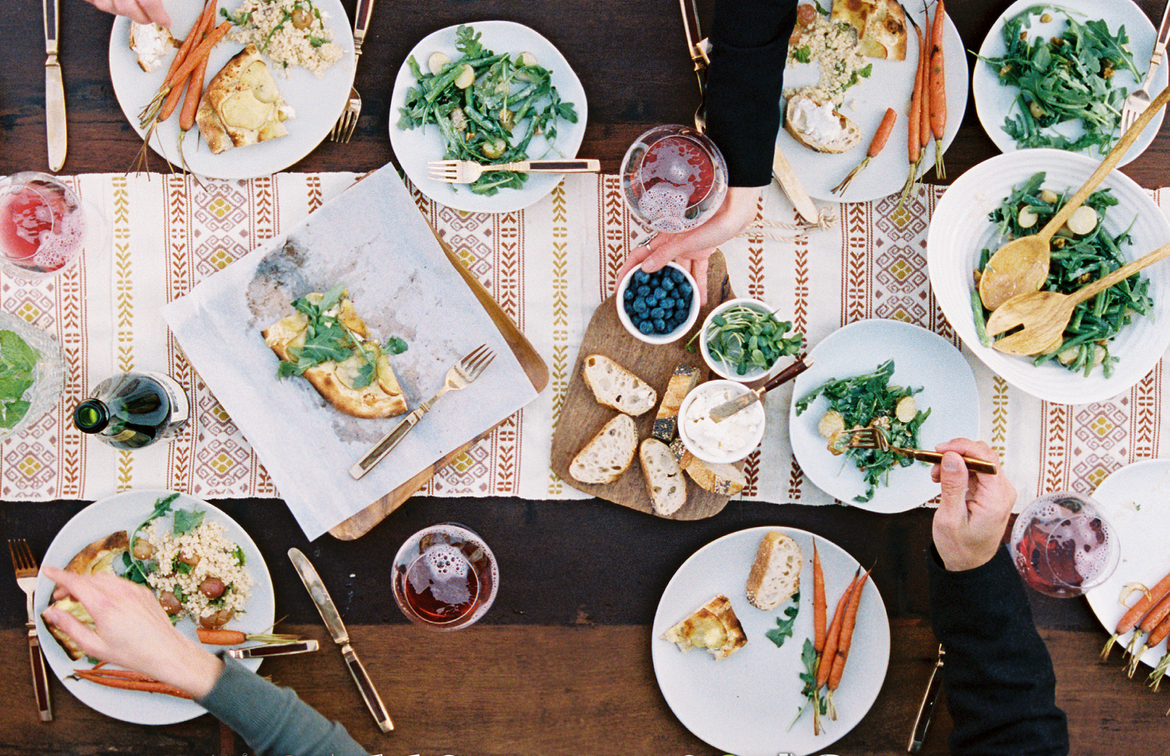dinnerpartyguide-familystylefood